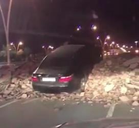 بالفيديو.. خطأ مقاول يتسبب في حادث سيارة على أحد طرق تبوك  