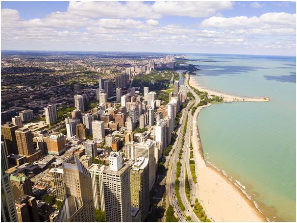 تقع مدينة شيكاغو على ضفاف بحيرة ميشيغان في ولاية إيلينوي، وهي ثالث أكبر مدينة في الولايات المتحدة، تمتلىء بالعديد من ناطحات ال