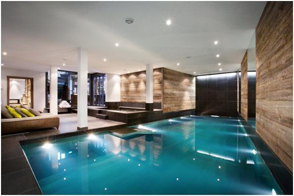 كما يحتوي الشاليه على حمام سباحة داخلي.