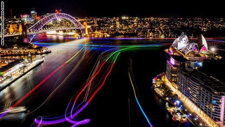 أضواء ملونة تنير ميناء سيدني سيركيولار كواي خلال ليلة الافتتاح في 27 مايو/أيار.