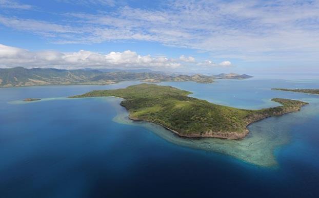 تضم جزر فيجي جزيرة NANANU-I-CAKE ، التي تمتد على مسافة 600 فداناً ، وتضم الجزيرة خمسة شواطىء وقصر فاخر مزود بحمام سباحة. وهي مع