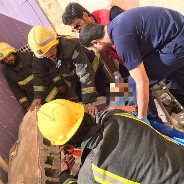 """إصابة واحتجاز عامل إثر انهيار جدار فناء منزل.. و""""مدني حفر الباطن"""" يتدخل"""