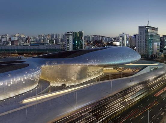"""""""دونج ديمون ديزين بلاذا"""" أو """"Dongdaemun Design Plaza""""، وهو مركز ثقافي في """"سيول"""" عاصمة كوريا الجنوبية"""