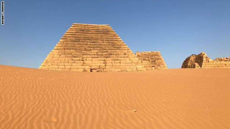 ليست بمصر.. بأي دولة عربية تقع هذه الأهرامات التاريخية؟