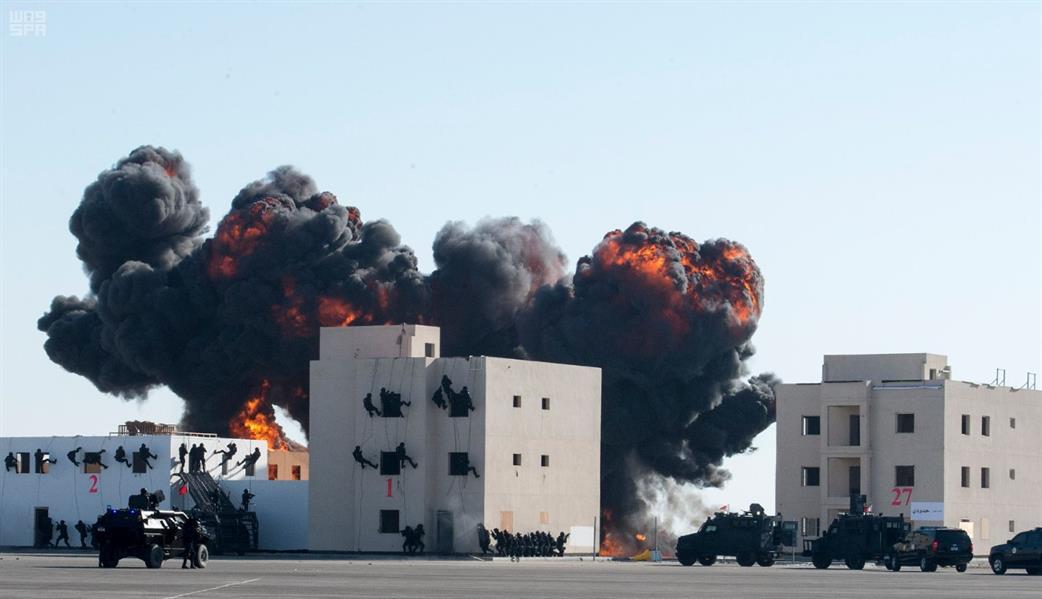 بالفيديو والصور.. مناورات خطرة وانفجارات ومدرعات وأسلحة ثقيلة في اختتام التمرين التعبوي لدول الخليج