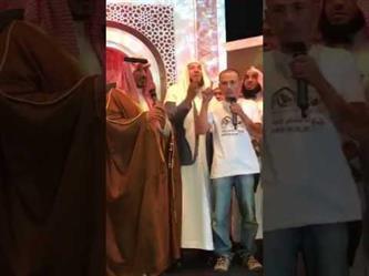 بالفيديو.. الأمير منصور بن مقرن يلقن الشهادتين لأحد المسلمين الجدد