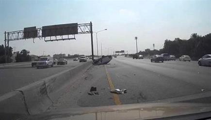 ائد مركبة يصدم أخرى بالدمام ويطيح بها عن الطريق السريع