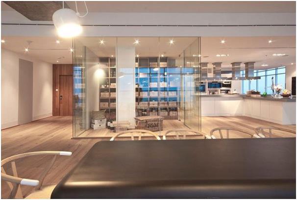 """شقة """"بنتهاوس"""" في الطابق الـ59 في برج كراون الإمارات، وتطل على جزيرة نخلة الجميرا ودبي مارينا."""