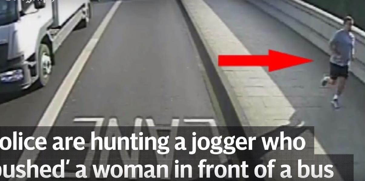 """بالفيديو.. اعتداء """"مخيف"""" على امرأة بالطريق العام"""