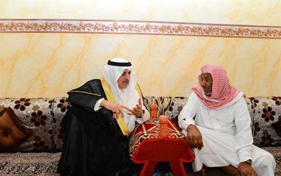 أمير منطقة تبوك ينقل تعازي القيادة لوالد وأسرة الشهيد الحويطي