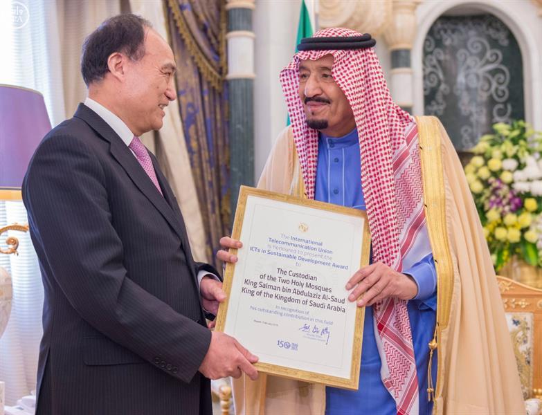 """بالصور.. خادم الحرمين يتسلم جائزة تكنولوجيا المعلومات والاتصالات في """"التنمية المستدامة"""""""