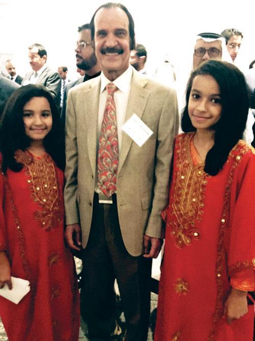 طفلتان سعوديتان تهديان ولي ولي العهد نشيد «بابا سلمان»