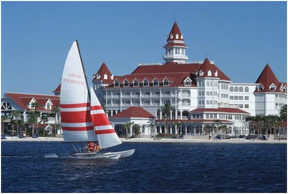"""منتجع """"جراند فلوريدا"""" (Grand Floridian) ، وهو أكثر الوجهات التي يتردد عليها الأثرياء في منطقة """"والت ديزني ورلد""""Disney World"""" ف"""