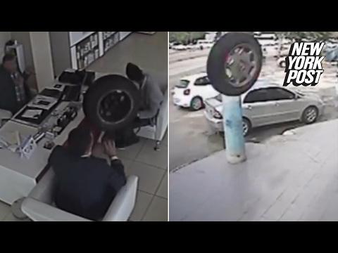 إطار سيارة يطير إلى داخل محل ويكاد يقتل رجلاً