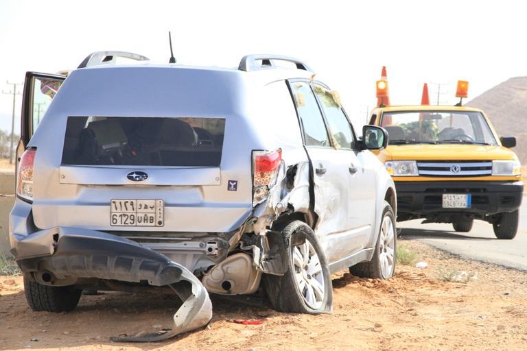 """بالصور: مواطن يصطدم بمركبة """"ساهر"""" ويوقفها عن رصد السيارات"""