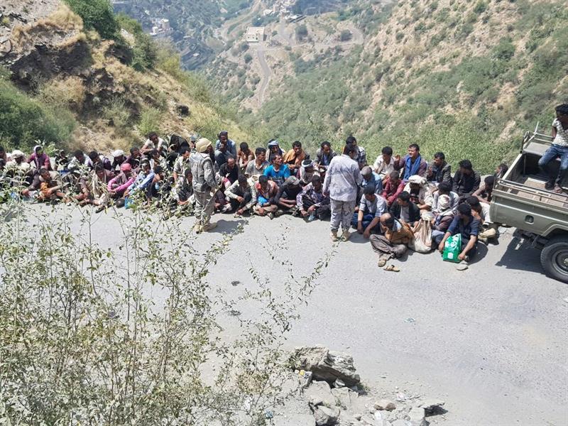 شاهد.. أعداد ضخمة من المخالفين حاولوا التسلل من اليمن بهذه الطريقة.. وحرس الحدود يضبطهم