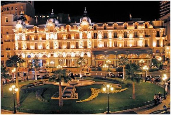 """كما يجذب فندق """"دو باريس""""  (de Paris) في مدينة موناكو الفرنسية 2800 زائر سنويًا."""