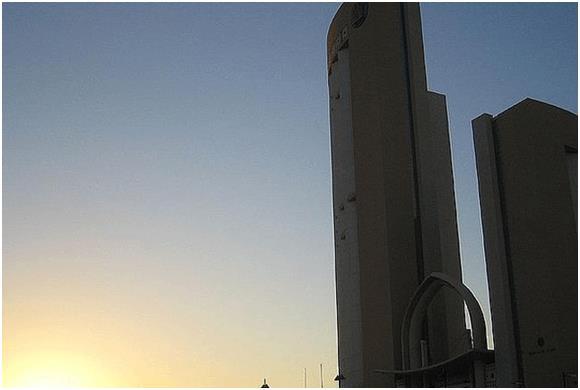 """يقع فندق """"كورنثيا"""" الذي يعرف باسم """"كورنثيا باب أفريقيا"""" وسط مدينة طرابلس في ليبيا، وهو فندق 5 نجوم، افُتتح عام 2003 بتكلفة بلغ"""