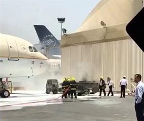 """بالفيديو..اندلاع النيران في معدّة للخدمات الأرضية بمطار الملك عبدالعزيز.. وتلفيات في مقدمة طائرة لـ """"السعودية"""""""