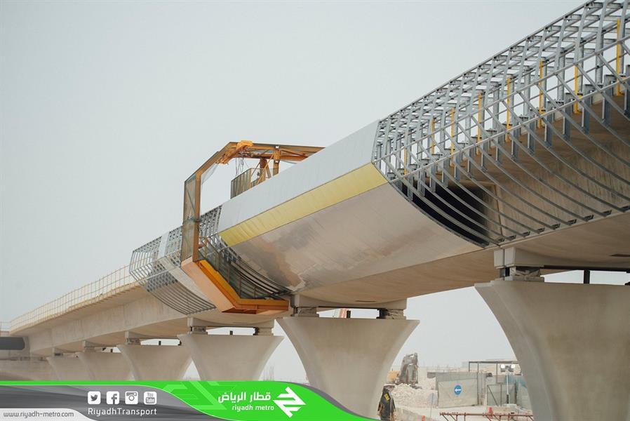 بالصور.. بدء تكسية الجسور وتركيب الحواجز للمسار الأصفر بقطار الرياض
