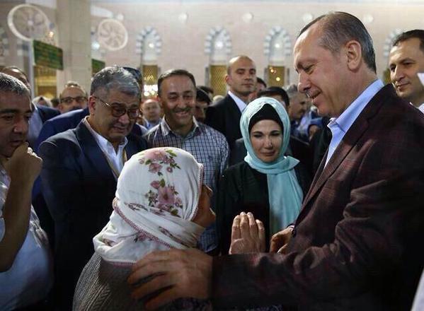 بالصور أردوغان يقبل معتمرة مسنة