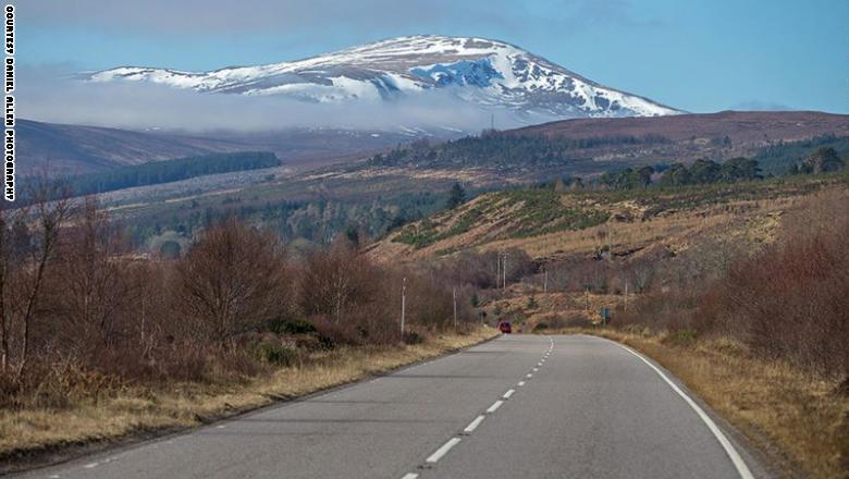 """طريق """"NC500"""" في اسكتلندا، والذي تنتشر على جانبيه القلاع والبحيرات والوديان... والخراف!"""