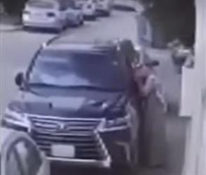 """بالفيديو.. لص يكسر زجاج سيارة """"لكزس"""" ويستولي على ما بها ويهرب"""