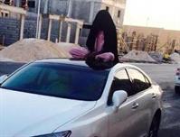 بالصورة.. خادمة إثيوبية تعتلي سيارة أحد المواطنين وترعب المارة.. ودورية أمنية تفشل بإنزالها