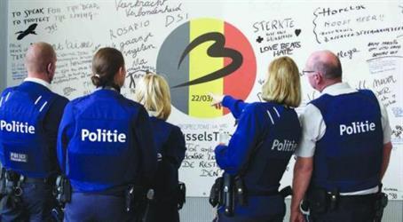 ارشيفية لضباط شرطة بلجيكا خلال متابعتهم للتعليقات الخاصة بتفجيرات مطار بروكسل