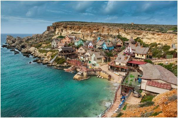 """تقع قرية """"باباي"""" في خليج """"Anchor"""" في جزيرة مالطا، وتتكون من عدد من البيوت الخشبية التي تم بنائها من أجل فيلم لـ""""روبين ويليامز"""""""