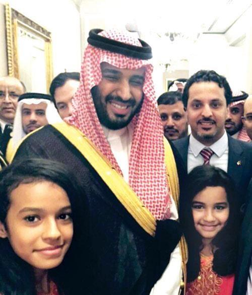 محمد بن سلمان مع الطفلتين