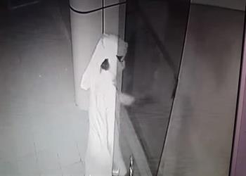 بالفيديو.. ملثمان يكسران بوابة مطعم بالرياض فجراً ويسرقان بعض محتوياته
