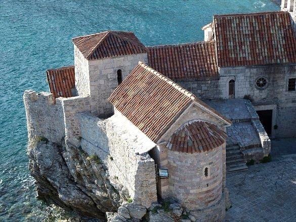 """جزيرة """"بودفا""""، تقع في جمهورية الجبل الأسود المجاورة لدولة كرواتيا، تطل """"بودفا"""" على البحر الأدرياتيكي، وتتميز بساحل مذهل ومقاهي"""