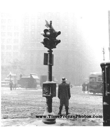 """وفي الخامس من أغسطس/آب من عام 1914 تم تركيب أول نظام ضوئي لتنظيم المرور في """"كليفلاند"""" بولاية """"أوهايو""""، وكان يتكون من أربعة أزو"""