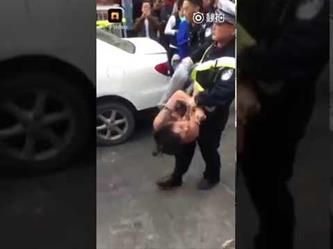 شاهد.. كيف تعاملت الشرطة الصينية مع مفحط؟!