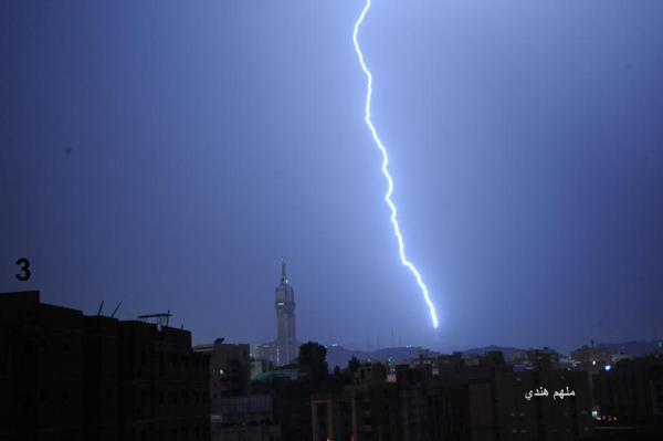 صاعقة عنيفة ضربت برجاً للاتصالات قرب الحرم المكي