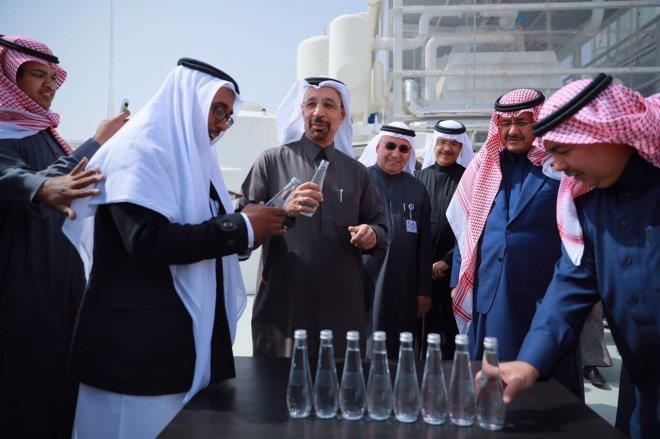 بالصور.. الفالح يشرب من مياه محلاة بتقنية الامتصاص أثناء تدشين أول محطة من هذا النوع في العالم