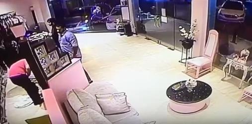 بالفيديو.. سرقة سيارة تركها صاحبها في وضع التشغيل