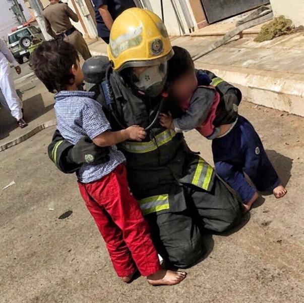"""""""مدني حائل"""" ينقذ مقيماً وعائلته من حريق بشقتهم"""