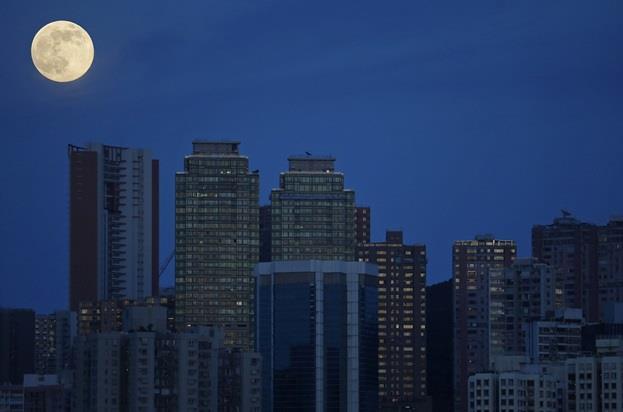 """سماء """"هونج كونج"""" تشهد إطلالة """"القمر العملاق""""."""