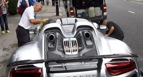 بالفيديو والصور.. سعودي يعطل السير في أحد شوارع لندن للعناية بسيارته الفارهة