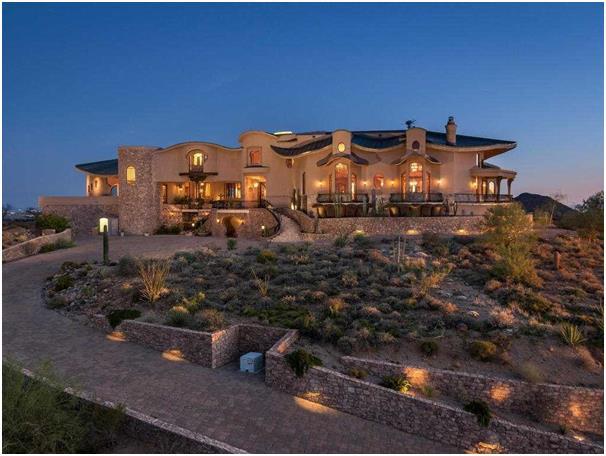 """يشتمل هذا المنزل، في ولاية """"أريزونا""""، على نظام أمني عالي الجودة، وقدرة على التحكم في درجة الحرارة، ويحتوي على جراج تستوعب مساح"""