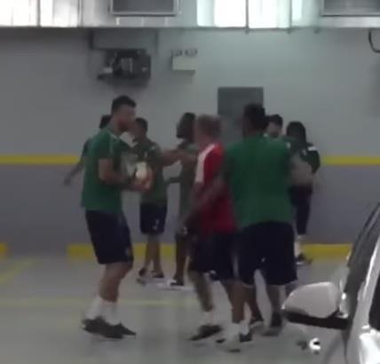 بالفيديو.. لاعبو الأهلي يتدربون بمواقف سيارات استعدادا لمواجهة الهلال