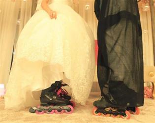 """شاهد.. عروسان يتخليان عن ارتداء الحذاء في حفل زفافهما ويرتديان زلاجات """"الإسكيت"""""""