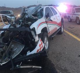 إصابة مسؤول بالهلال الأحمر إثر حادث تصادم مروع لسيارة إسعاف بشاحنة في تبوك  - صور