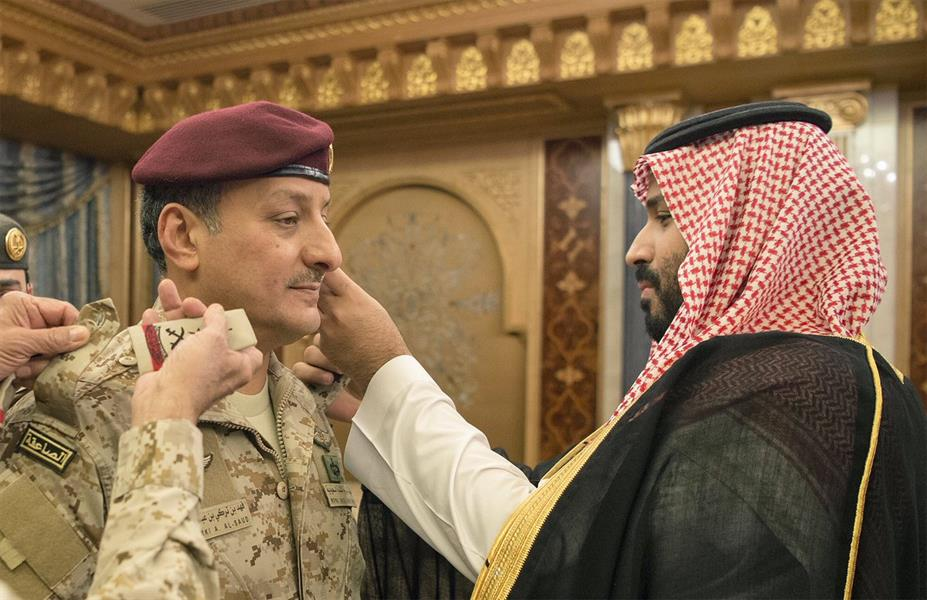 بالفيديو والصور.. ولي ولي العهد يقلد قائد القوات البرية رتبته الجديدة
