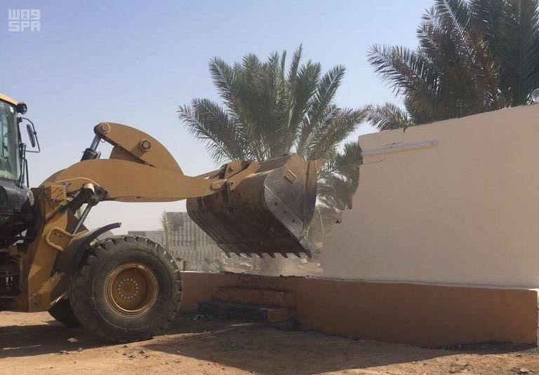 في إطار محاربة لصوص الأراضي.. إزالة تعديات على أراضٍ حكومية بالطائف (صور)