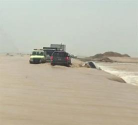 """السيول تحتجز عائلتين مكونتين من 16 شخصا في 6 مركبات.. و""""مدني رنية"""" ينقذهم"""