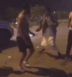 مواطنون ينهالون على شاب ضرباً حتى يفقد وعيه بكورنيش الدمام لاتهامه بالتحرش بفتاة