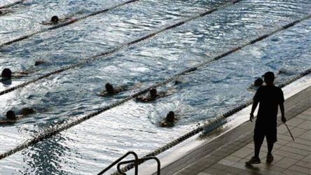 محكمة أوروبية تلزم الفتيات المسلمات في سويسرا بالسباحة مع الفتيان